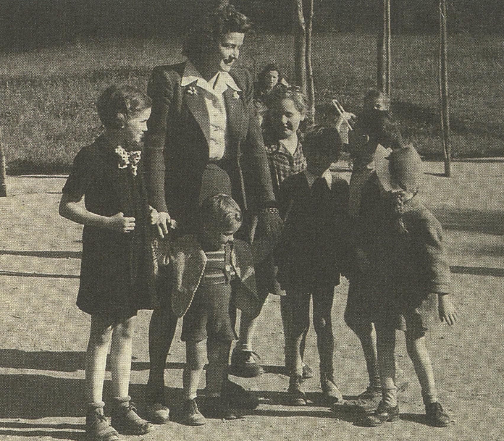 024. Karády gyerekekkel a 40-es években